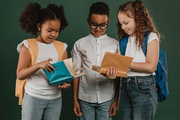 Koledzy ze szkoły wspólnie przeglądają książki