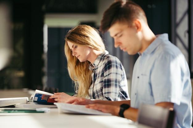Kolegium chłopca i dziewczynka studiuje