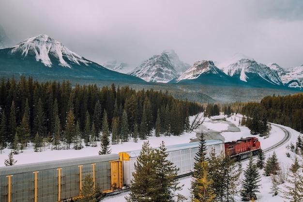 Kolej krzywka moranta i pociąg na tle kanadyjskich gór roakie