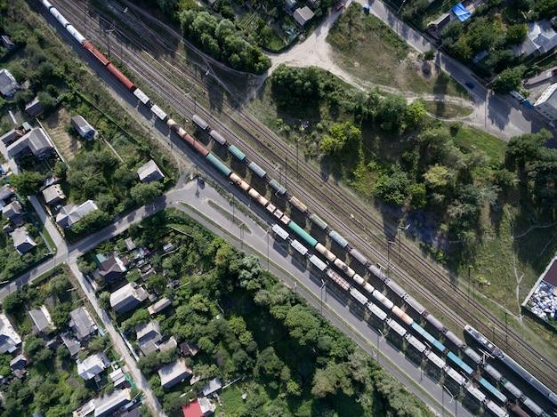 Kolej, pociągi z wagonami, widok z góry