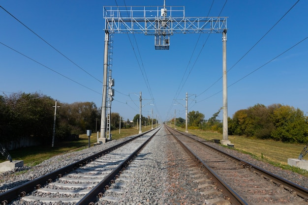 Kolej z przewodami elektrycznymi idąca w oddali.