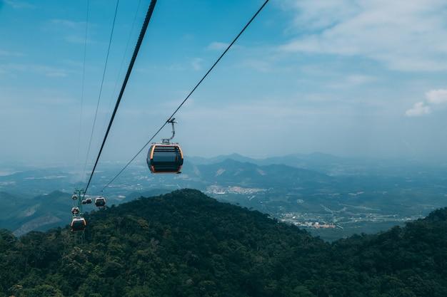 Kolejka linowa do ba na hills mountain resort, wielopoziomowego kompleksu pełnego przejażdżek rozrywkowych, atrakcji na wzgórzu w wietnamie