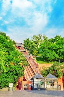 Kolejka linowa na górę, na której stoi pałac królewski królów węgierskich.