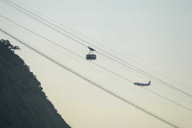 Kolejka linowa sugarloaf w rio de janeiro, brazylia - 23 sierpnia 2021: kolejka linowa sugarloaf widziana z zatoki botafogo w rio de janeiro.