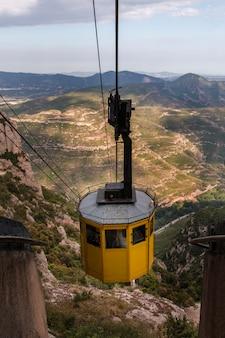 Kolejka linowa w pasmie górskim montserrat