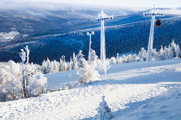 Kolejka linowa w zaśnieżonych górach. gondola. wakacje w górach. sport i rekreacja