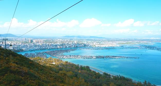 Kolejka linowa z turystami w środku i na tle prowincji hainan, chiny