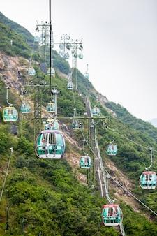 Kolejki linowe nad tropikalnymi drzewami w hongkongu 1 października 2012 r