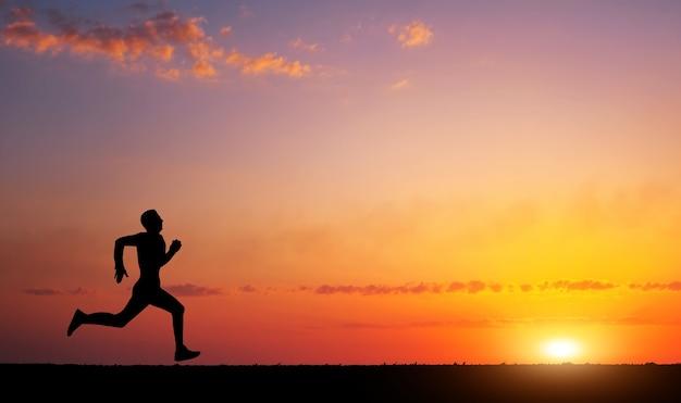 Kolejny sylwetka człowieka w czasie zachodu słońca. koncepcja sportu i aktywnego życia
