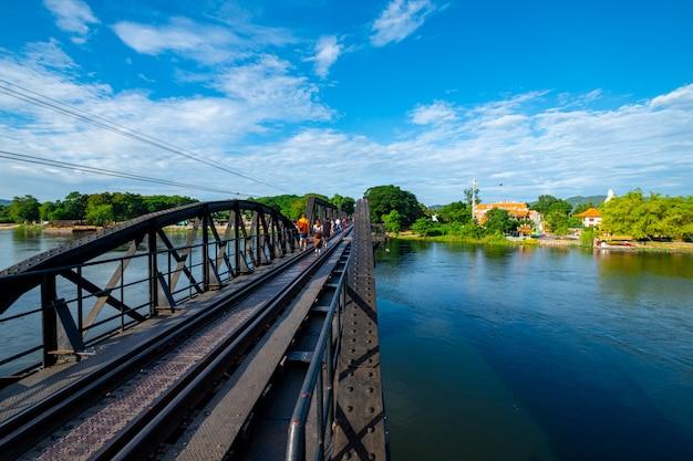 Kolejowy most krzyżuje rzekę w kanchanaburi, tajlandia