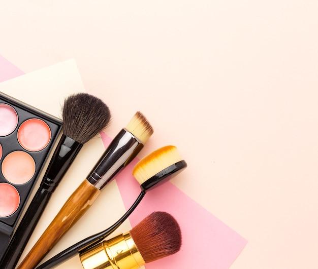 Kolekcja akcesoriów do makijażu z widokiem z góry z miejscem na kopię