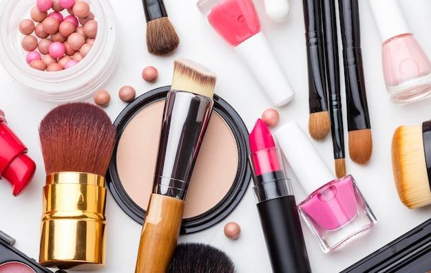 Kolekcja akcesoriów do makijażu z widokiem z góry