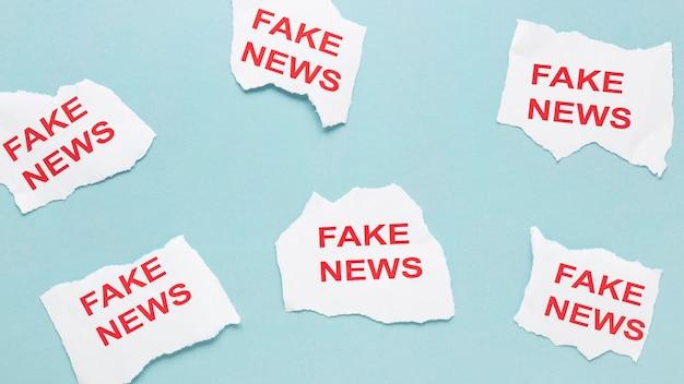 Kolekcja arkuszy papieru z fałszywymi wiadomościami