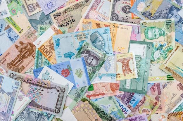 Kolekcja banknotów świata mieszana na stole, widok z góry