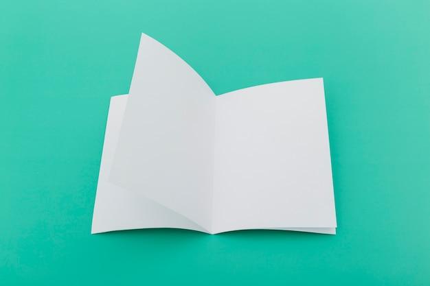 Kolekcja broszur na biurku