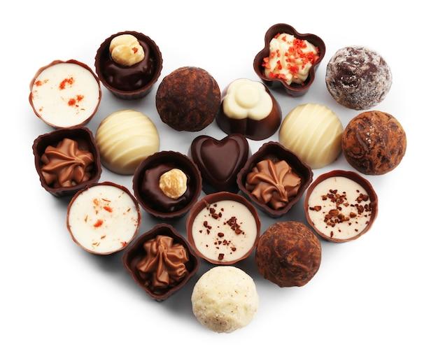 Kolekcja cukierków czekoladowych i słodyczy w kształcie serca, na białym tle