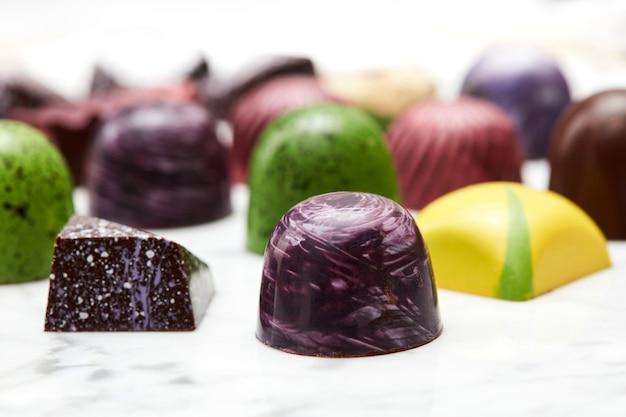 Kolekcja cukierków czekoladowych na białym marmurowym tle