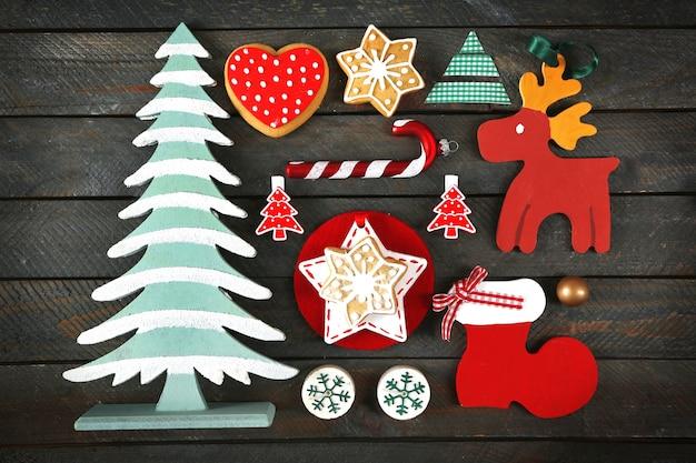 Kolekcja dekoracji świątecznych na drewnianym stole z widokiem