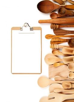 Kolekcja drewniani kuchenni naczynia nad białym tłem