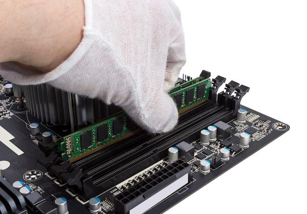 Kolekcja elektroniczna - instalacja modułu pamięci w gnieździe dimm na płycie głównej