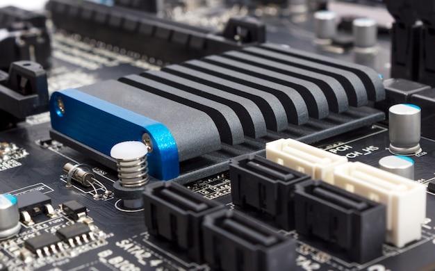 Kolekcja elektroniczna - komponenty cyfrowe na płycie głównej komputera