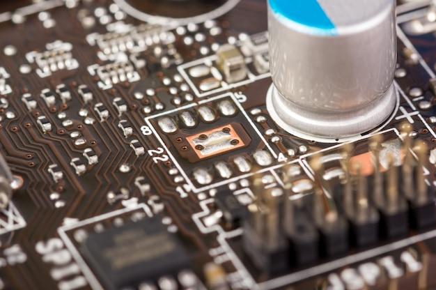 Kolekcja elektroniczna - płytka komputerowa z elementami radiowymi