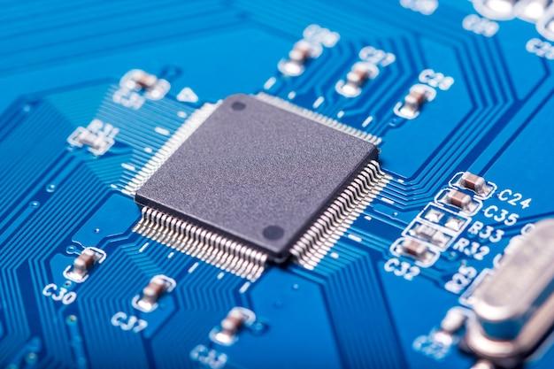 Kolekcja elektroniczna - zbliżenie płytki drukowanej komputera z elementami radiowymi