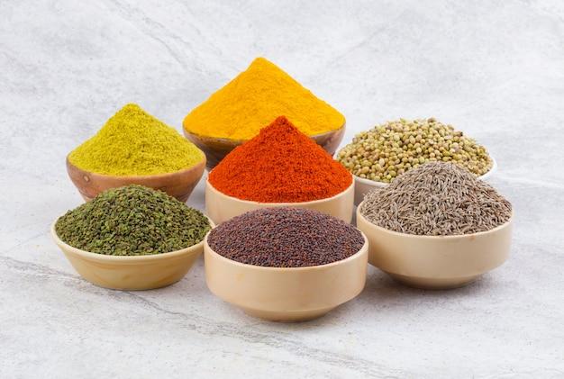 Kolekcja indyjskich przypraw na tło