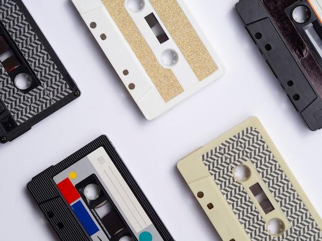 Kolekcja kaset magnetofonowych z bliska strzał z góry