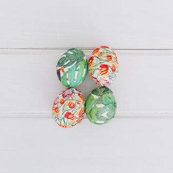 Kolekcja kolorowi wielkanocni jajka na biurku