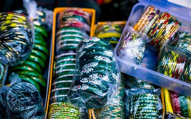 Kolekcja kolorowych bransoletek podczas nepalskiego festiwalu rozpoczynającego się w katmandu w nepalu.