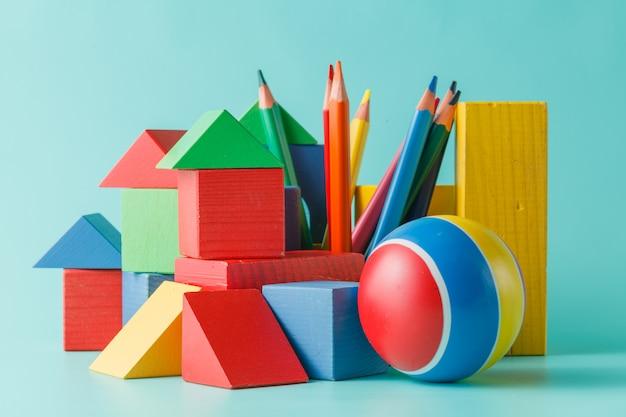 Kolekcja kolorowych lalek i zabawek