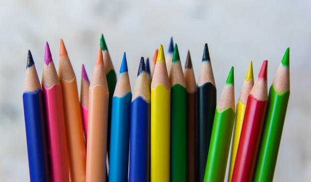 Kolekcja kolorowych ołówków