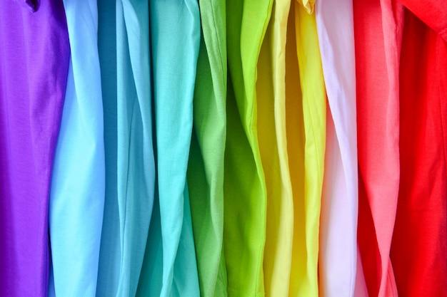 Kolekcja kolorowych tęczy koszulki na tle tekstury