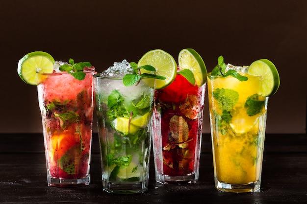 Kolekcja kolorowych tropikalnych koktajli