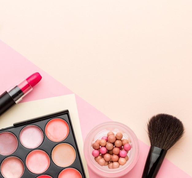 Kolekcja kosmetyków z widokiem z góry z miejsca na kopię