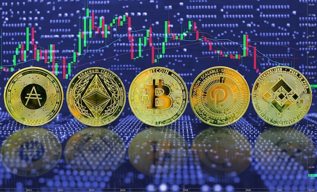 Kolekcja kryptowaluty złotej monety na tle wykresu handlu komputerowego