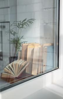Kolekcja książek w pobliżu okna
