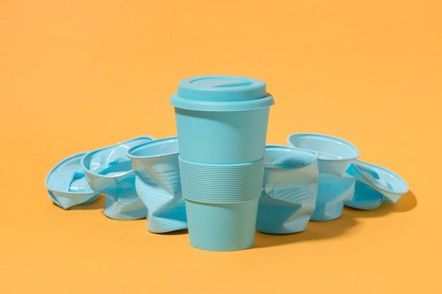 Kolekcja kubków plastikowych z miejsca na kopię