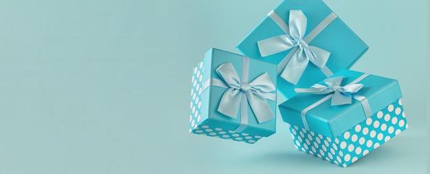 Kolekcja niebieskich pudeł upominkowych ze wstążkami