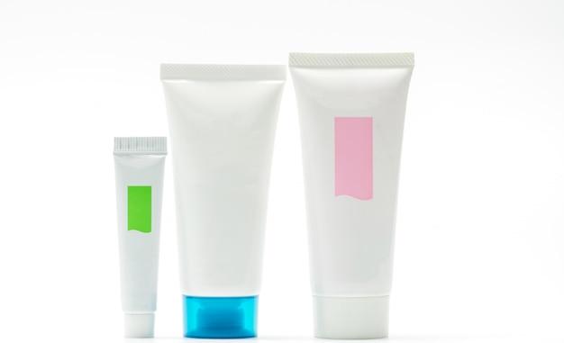Kolekcja odizolowywająca na białym tle kosmetyczna tubka, pusta etykietka