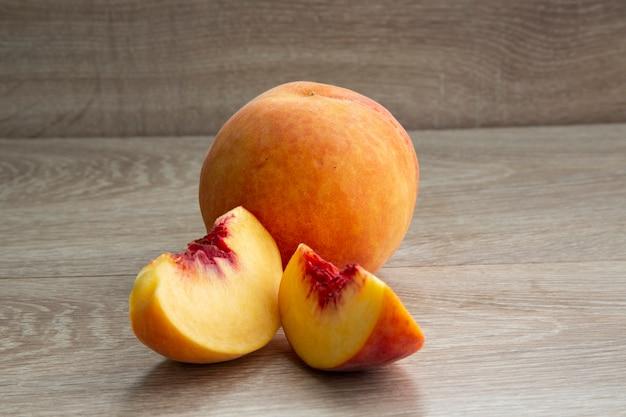 Kolekcja owoców brzoskwini na białym tle. dojrzałe brzoskwinie na białym tle i tle drzewa
