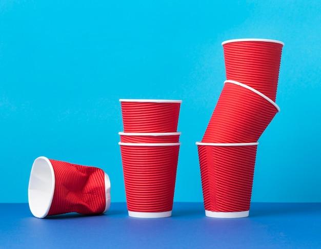 Kolekcja plastikowych kubków na stole