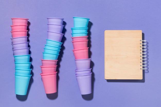 Kolekcja plastikowych kubków z widokiem z góry na stole