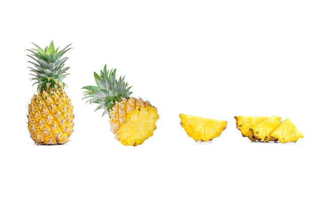 Kolekcja pokrojonych ananasów i ananasów na białym tle