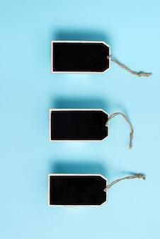 Kolekcja prawdziwych pustych pustych etykietek z naklejkami z elastyczną opaską na tle w innym kolorze zawierającym nowoczesną listę kontrolną gadżetów do etykietowania w celach informacyjnych