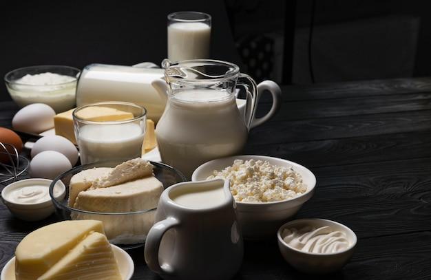 Kolekcja produktów mlecznych na czarnym drewnianym