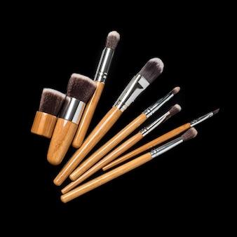 Kolekcja profesjonalnych pędzli do makijażu na czarnej powierzchni
