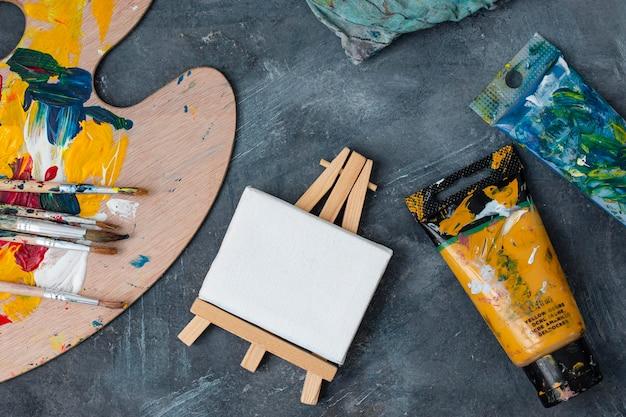 Kolekcja rekwizytów artysty na stole