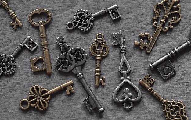 Kolekcja retro kluczy na stare drewniane tła